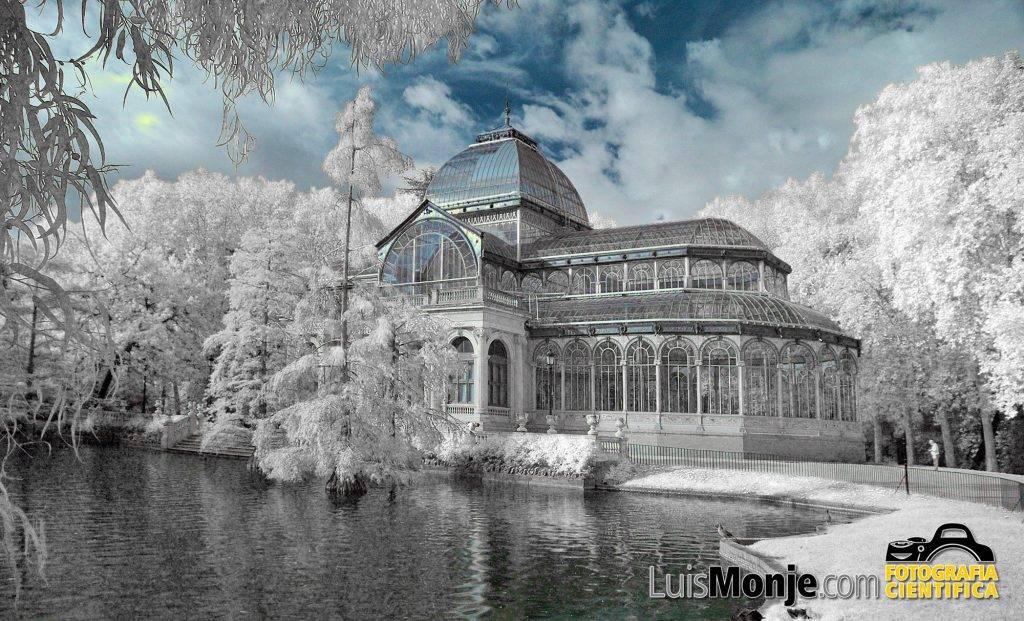 El Palacio de Cristal de Madrid tomado en infrarrojo con efecto nieve