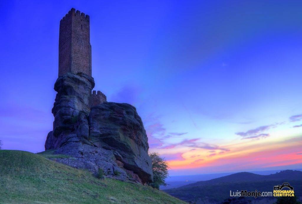 El castillo de Zafra, joya de la gélida sierra de Caldereros